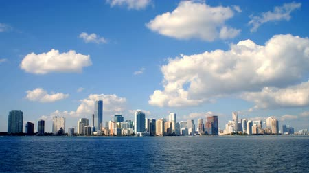 Майами : Timelapse of the skyline of Miami looking from the ocean to the city. Стоковые видеозаписи