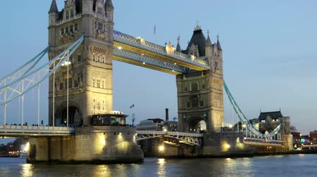 manivela : Wide timelapse pan of bridge and river at night in London Stok Video