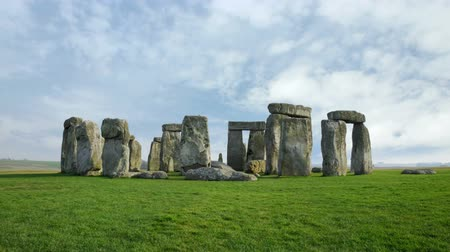 kamień : Wide timelapse of Stone Henge with white clouds in the background.