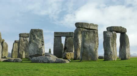 kult : Medium timelapse of Stone Henge with white clouds in the background. Dostupné videozáznamy