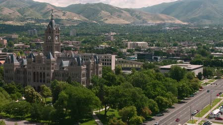 só : Time lapse of traffic and clouds around the County Building in Salt Lake City, UT