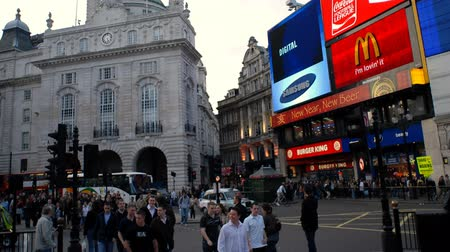 zobrazit : Busy streets, buildings, and digital displays line streets filled with people at Piccadilly Circus in England.
