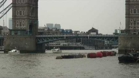 dolgok : Shot of a small boat going under the London Bridge in England
