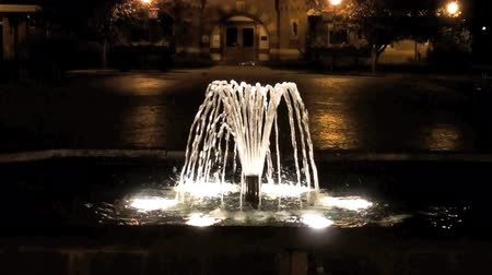 szökőkút : Zooming in shot of a water fountain at a church in Utah. This shot was taken at night. Stock mozgókép