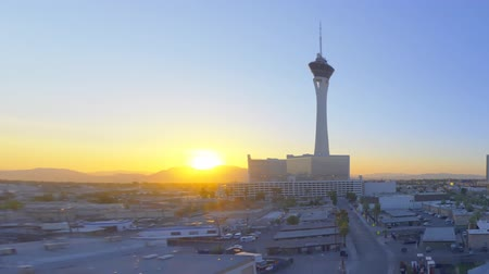 moderno : sped-up video of the stratosphere tower in las vegas at dawn. Camera pans across the cityscape