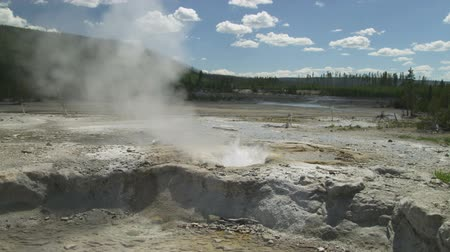 geiser : Medium shot van een hete pot in Yellowstone