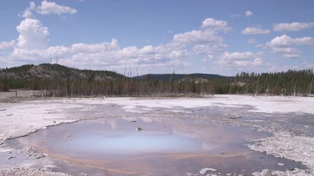 geiser : Wide shot van een hete pot in Yellowstone