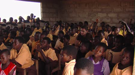 bieda : Wide shot of kids in classroom Wideo