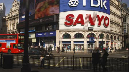 londyn : Wide shot with pan of Piccadilly Circus and traffic Wideo