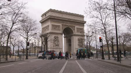 oblouk : Shot of people crossing the cross walk in front of the Arc de Triomphe in Paris