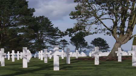 Нормандия : Serene shot of the American military cemetery in Normandy France. The ocean seen in the background.