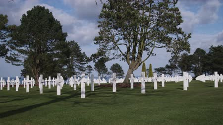 могила : Serene shot of the American military cemetery in Normandy France. Стоковые видеозаписи