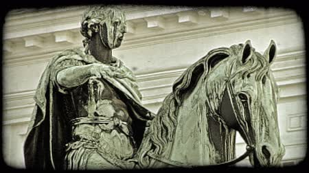 cavalos : Shot of a statue showing a man riding a horse in Vienna. Vintage stylized video clip.