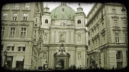 narożnik : Shot of a building in Vienna as people and cars pass. Vintage stylized video clip.