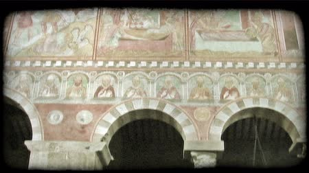 que apoia : Shot of the tops of several columns supporting archways in Italy. Vintage stylized video clip.