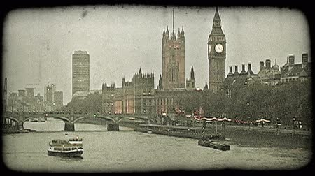 charakteristický : Wide shot of boats moving along the famous Thames River next to Parliament, Big Ben and other city buildings at dusk in London, England. Vintage stylized video clip.