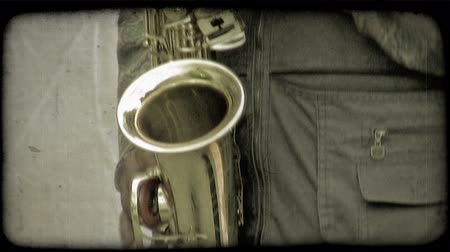 tahıllar : Close up of a guy playing a saxophone. Vintage stylized video clip. Stok Video