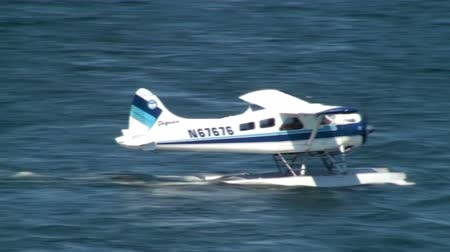 alasca : KETCHIKAN, AK - JUNE 5: Shot of a floatplane moving on the water on June 5, 2009 in Ketchikan, Alaska.