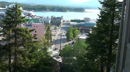 alasca : View looking down at Mill Street in Ketchikan, Alaska. Taken from the Cape Fox Lodge over Creek Street. A cruise ship can be seen in the background. Vídeos