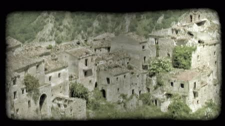 руины : Shot of some ruins in Italy. Vintage stylized video clip.
