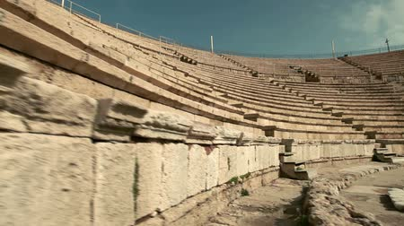 ruiny : Slider dolly move up stone seating at the theater in Caesarea, Israel. Wideo