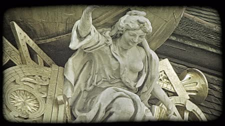 dolgok : Shot of a statue atop a building in Vienna. Vintage stylized video clip.