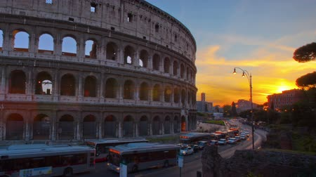 római : Time-lapse of the Colosseum and street traffic at sunset. Shot in Rome, Italy. Panning shot.