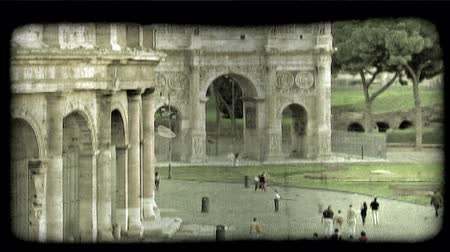 turné : Shot of people walking past the colosseum in Rome Italy. Vintage stylized video clip.