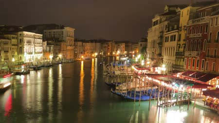 veneza : Time-lapse of the Grand canal from Rialto bridge. Shot in Venice, Italy. Cropped. Stock Footage