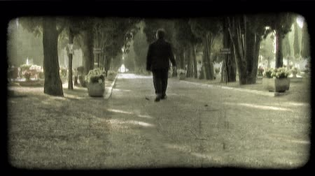 tahıllar : A man walks down a pathway in Italy. Vintage stylized video clip. Stok Video