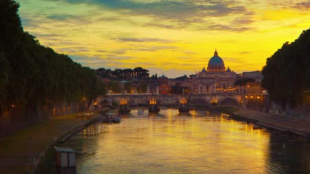 vatikan : Vibrant sunset time-lapse of the Vatican City, from across the Tevere River. Shot in Rome, Italy. Cropped.