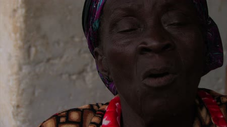 cidadão idoso : Close up of the sister of a deaf girl in a small village in Ghana. Vídeos