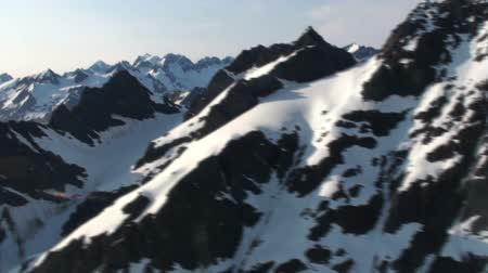 горный хребет : Traveling aerial view of the snow covered Coast Mountains during the day time.