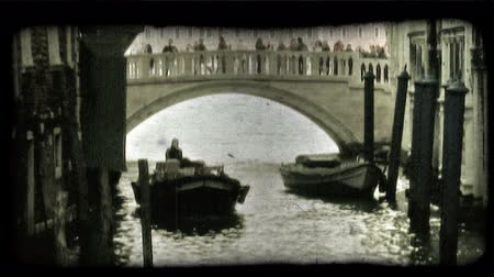 minério : Shot of a gondolier, with his gondola. Vintage stylized video clip. Vídeos