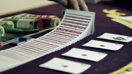patins : Dealer shuffling and splitting the deck. Stock Footage