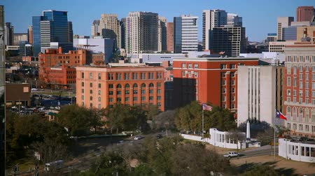 luz do dia : Daytime footage overlooking tree-lined roads surrounded by office buildings. FIlmed in Dallas, Texas.