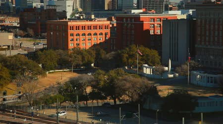 budynki : Daytime footage overlooking tree-lined roads surrounded by office buildings. FIlmed in Dallas, Texas.