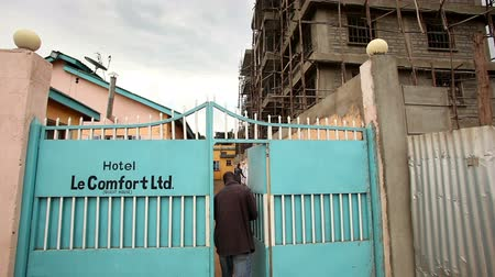 régi : Footage tilting up of hotel gates and scaffolded building. Filmed in Kenya, Africa.
