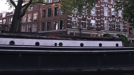 homlokzatok : Sped-up footage of houseboats and a street in Amsterdam. This was taken during the day while the videographer was aboard a boat