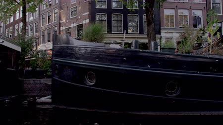 homlokzatok : Shot of beautiful houseboats on the river in Amsterdam. This was shot during the day while the videographer was on board a boat