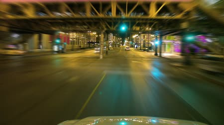 кустарник : Shot of intersection in downtown Chicago at night. Стоковые видеозаписи