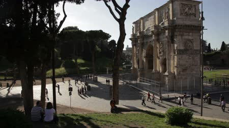 costantino : People walking around the Arch of Constantine located next to the Colosseum in Rome, Italy. Stock Footage