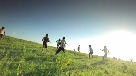 délre : Shot of children playing soccer on the fields in Kenya, Africa.