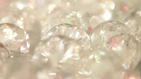 refraksiyon : Vertical panning shot of a display of cut diamonds. California Stok Video