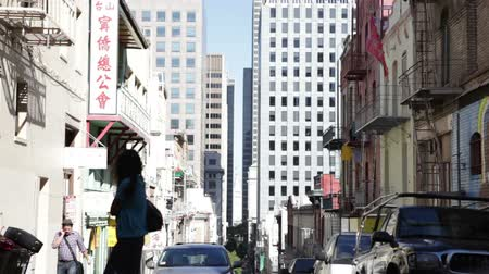 erkély : Steady shot of a street in San Franciscos Chinatown. California