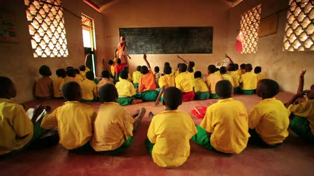 afrika : Classroom filled with students in Kenya, Africa. Back view.