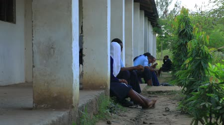 colega de trabalho : Students and workers taking a break from school or work in an African village, two hours north of Mombassa.