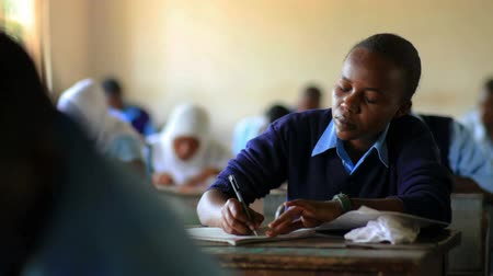 aluna : Students taking a test in class in a school in a village in Kenya two hours north of the African city Mombassa. Vídeos