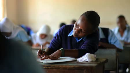 ödev : Students taking a test in class in a school in a village in Kenya two hours north of the African city Mombassa. Stok Video