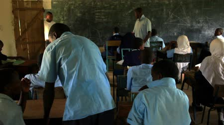 concentrando : Students taking a test in class in a school in a village in Kenya two hours north of the African city Mombassa. Vídeos